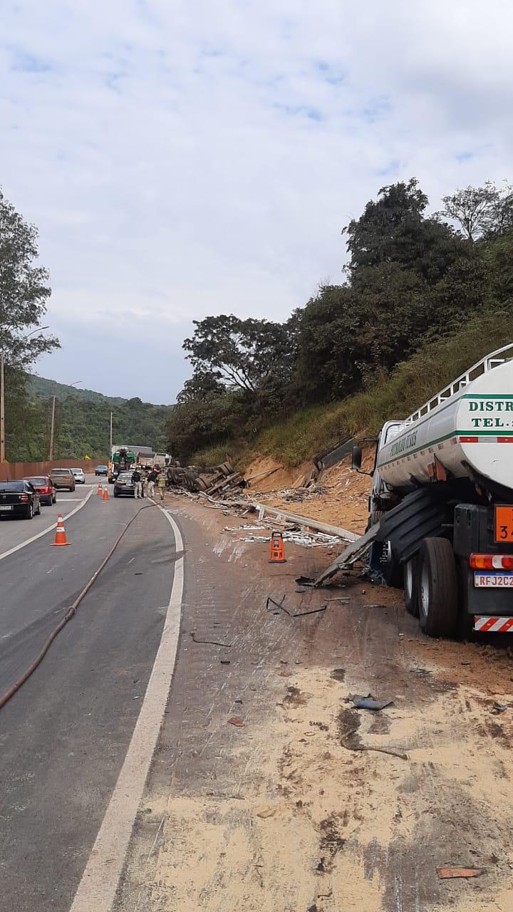Motorista fica ferida em acidente entre caminhões na BR-381, em Itatiaiuçu - Foto: Divulgação/Corpo de Bombeiros