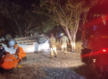 Sete pessoas ficam feridas após kombi capota em Governador Valadares - Foto: Corpo de Bombeiros/Divulgação