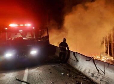 Caminhoneiro morre carbonizado em acidente na Fernão Dias, em Lavras - Foto: Divulgação/Corpo de Bombeiros