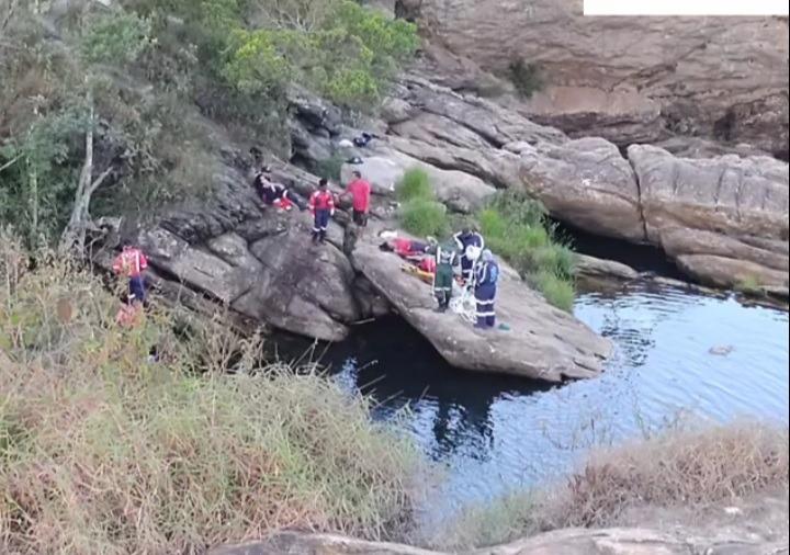 Casal morre afogado após pula em cachoeira para fugir de ataque de abelhas em Barão de Cocais - Foto: Reprodução/Redes Sociais