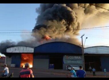 Homem fica ferido após barracão de adubo pegar fogo em Campos Gerais - Foto: Divulgação/Corpo de Bombeiros