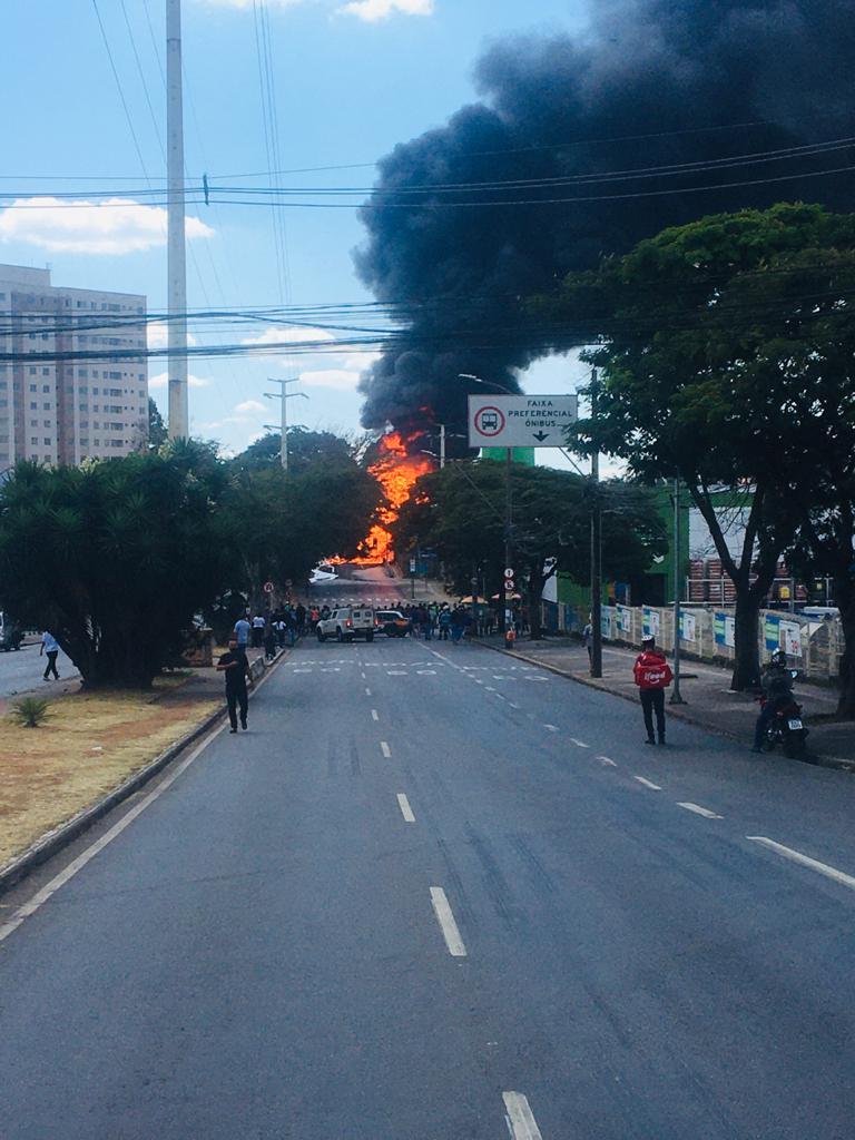 Carreta com 25 mil litros de etanol pega fogo na Avenida Babita Camargos, em Contagem - Foto: Divulgação
