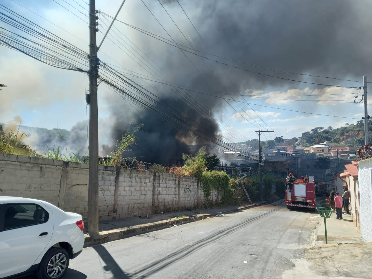Incêndio de grandes proporções atinge galpão e casas em Contagem - Foto: Divulgação/Corpo de Bombeiros