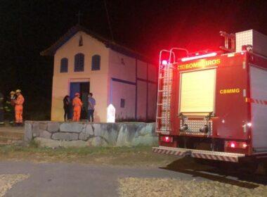 Fogo não atingiu parte interna da igreja - Foto: Divulgação/CBMMG