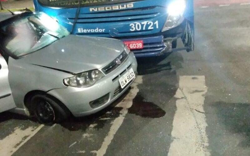 Duas pessoas ficam feridas em acidente entre carro e ônibus no Barreiro, em Belo Horizonte - Foto: Divulgação/Corpo de Bombeiros