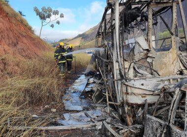 Homem morre em acidente entre ônibus e carro na BR-116, em Teófilo Otoni - Foto: Corpo de Bombeiros/Divulgação
