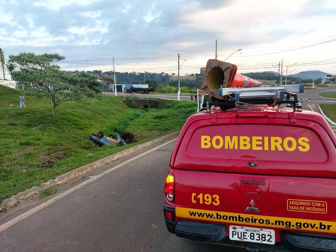 Três pessoas ficam feridas após carro capotar em avenida de Guaxupé  - Foto: Corpo de Bombeiros/Divulgação