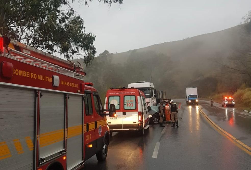 Idosa morre em acidente entre carro e carreta na BR-265 em Barbacena - Foto: Corpo de Bombeiros/Divulgação