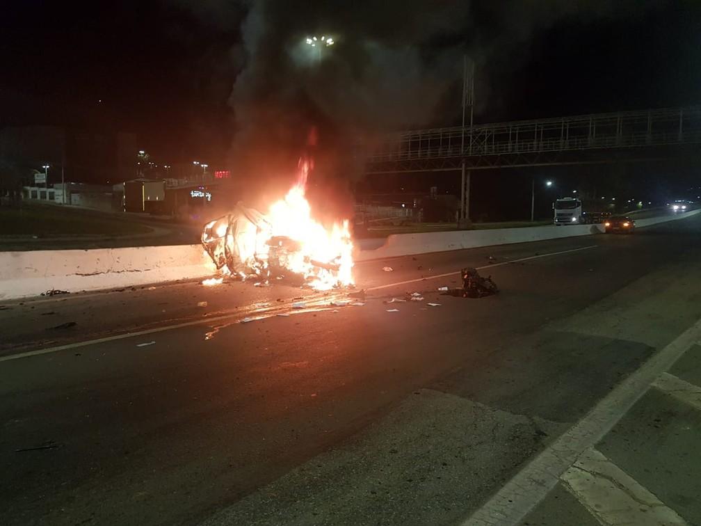 Duas pessoas morrem em grave acidente após carro pega fogo no Anel Rodoviário, em BH - Foto: Redes Sociais/Reprodução