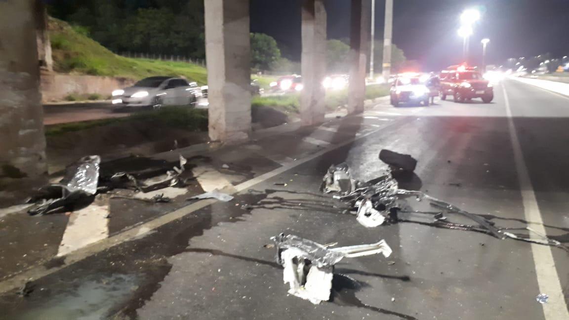 Duas pessoas morrem em grave acidente após carro pega fogo no Anel Rodoviário, em BH - Foto: Divulgação/Corpo de Bombeiros