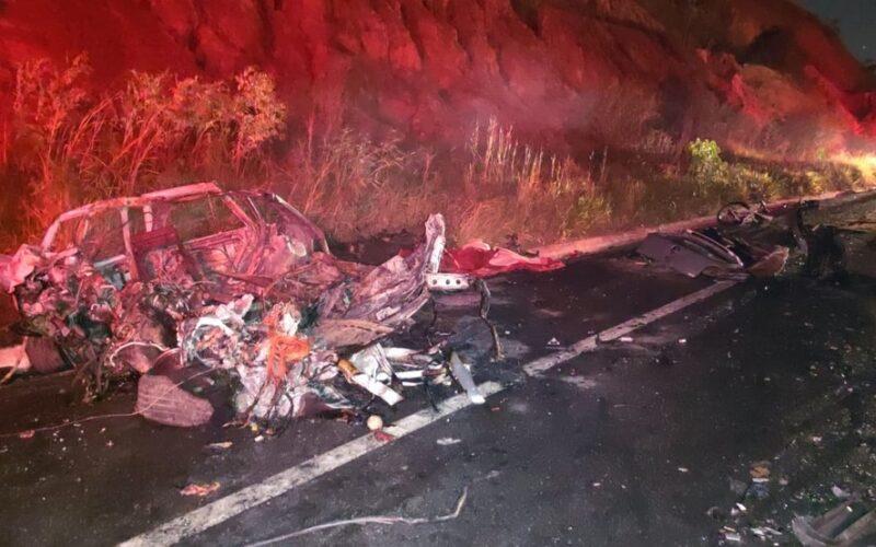 Padrasto e enteada morrem em acidente entre carro e carreta na BR-381, em Governador Valadares - Foto: Corpo de Bombeiros/Divulgação