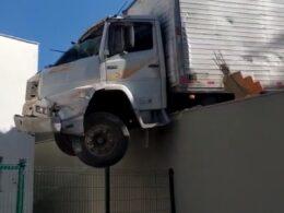 Caminhão fica pendurado em muro de posto de saúde em Betim - Foto: Reprodução