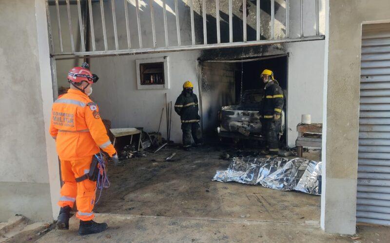 Homem morre após colocar fogo na própria casa em Juatuba, na Grande BH - Foto: Corpo de Bombeiros/Divulgação