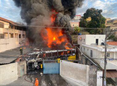 Incêndio de grandes proporções destrói dez ônibus em Belo Horizonte - Foto: Divulgação/Corpo de Bombeiros
