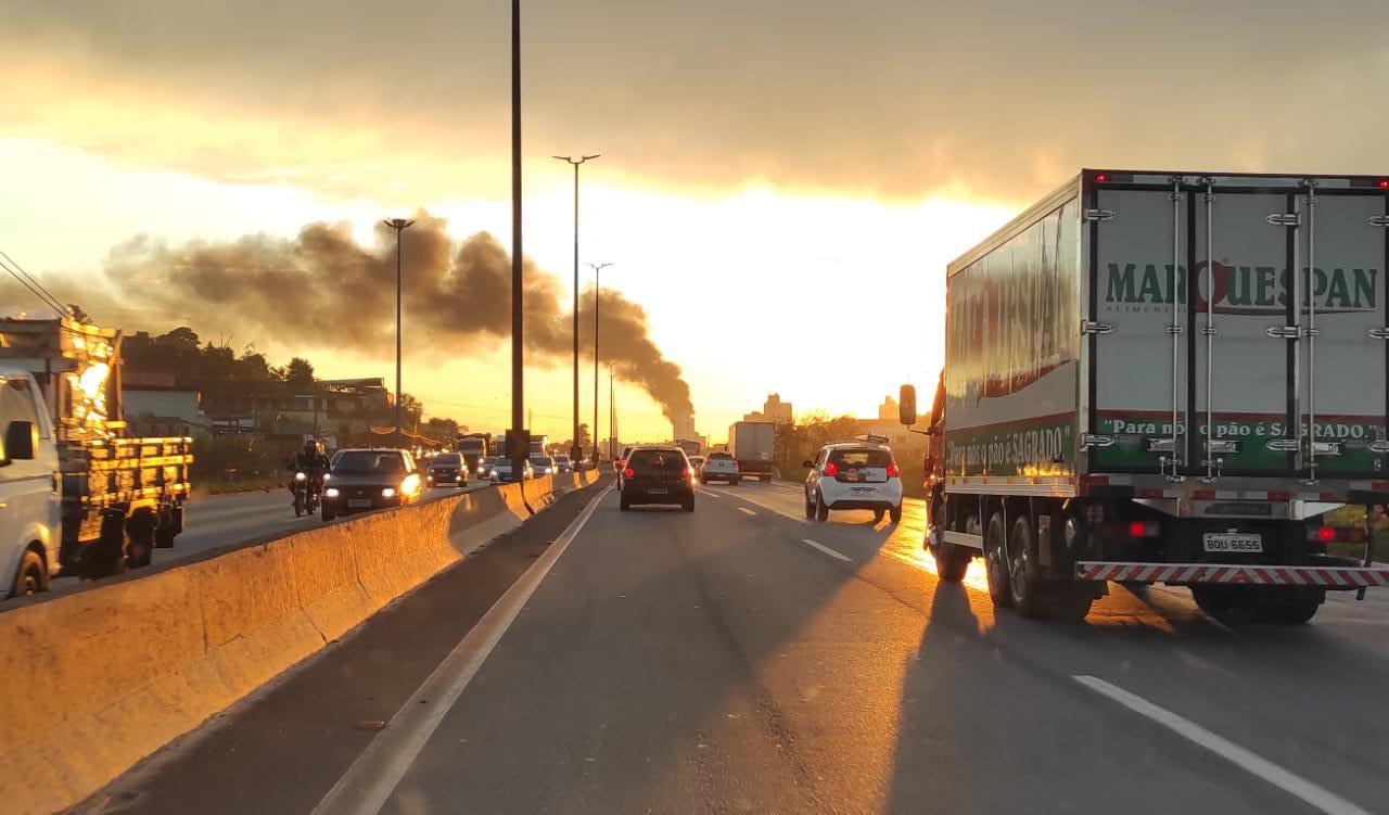 Fumaça do incêndio pode ser vista do Anel Rodoviário - Foto: Divulgação/Corpo de Bombeiros