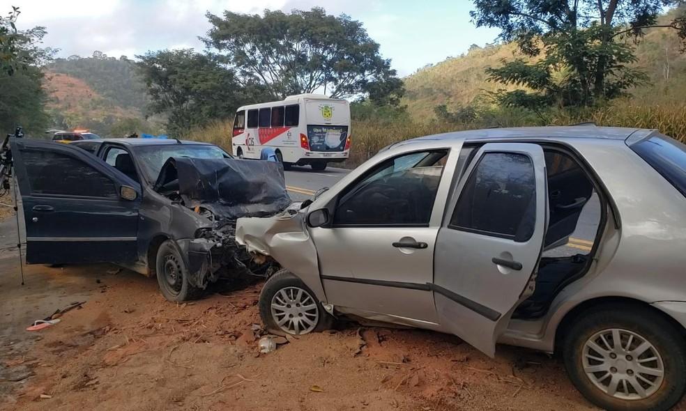 Cinco pessoas morrem em acidente entre carros na BR-116, em Teófilo Otoni - Foto: Edson Soledade/Inter TV dos Vales