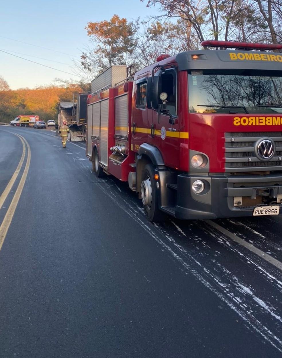 Quatro pessoas da mesma família ficam feridas em acidente na BR-251, em Salinas - Foto: Corpo de Bombeiros/Divulgação