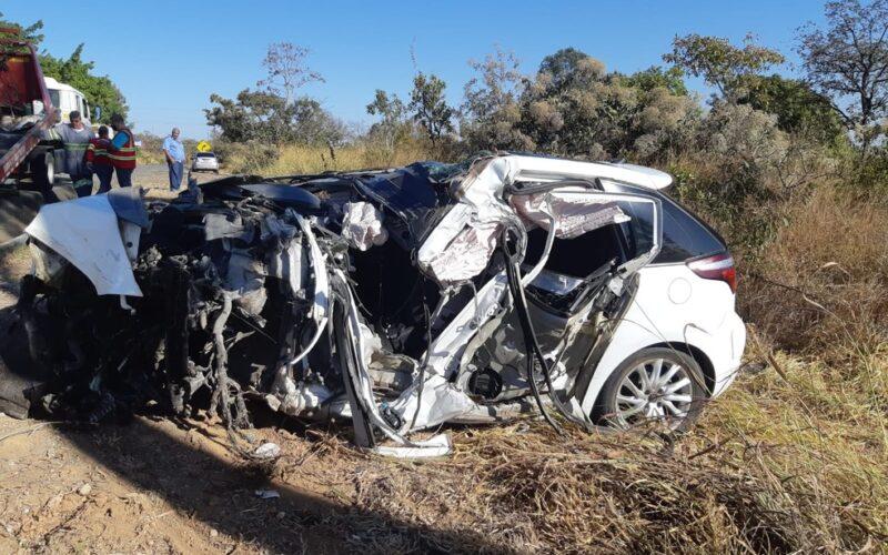Motorista morre após veículo bater em caminhão na BR-262, em Bom Despacho - Foto: PRF/Divulgação