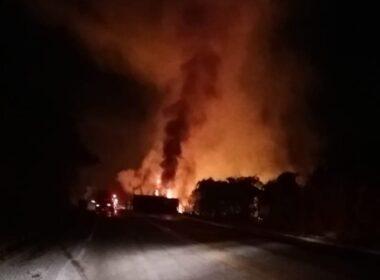 Duas pessoas morrem carbonizadas após batida entre carro e carreta na BR-431, em Itaúna - Foto: Divulgação/Corpo de Bombeiros