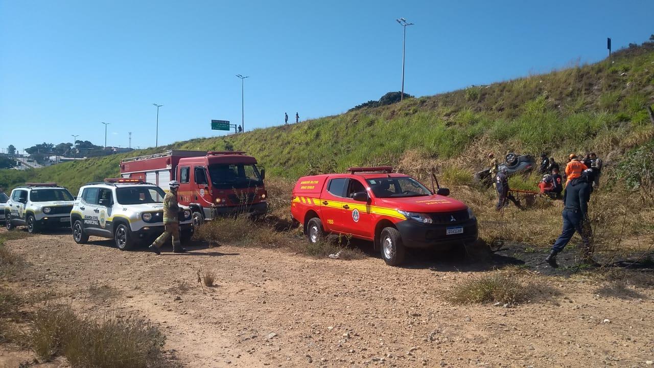 Casal fica ferido após carro capotar no Anel Rodoviário, em BH - Foto: Guarda Civil de Belo Horizonte/Divulgação