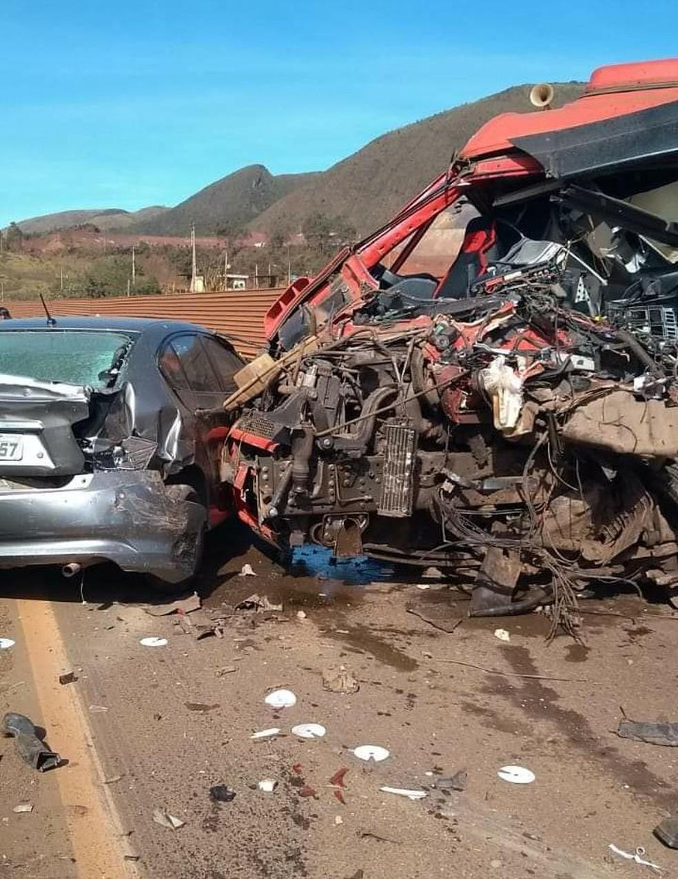 Uma pessoas morre em engavetamento na BR-040, em Itabirito - Foto: Corpo de Bombeiros/Divulgação