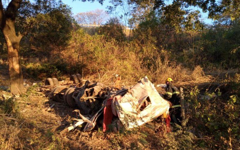 Duas pessoas morrem em acidente entre caminhão e carro na BR-135, em Montes Claros - Foto: Corpo de Bombeiros/ Divulgação