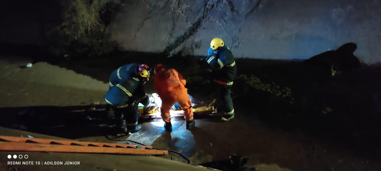 Motociclista fica gravemente ferido após cair dentro de córrego, em Montes Claros, no Norte de Minas - Foto: Corpo de Bombeiros/Divulgação