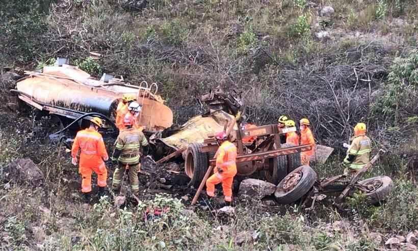 Motorista morre após caminhão-pipa cair em ribanceira em Nova Lima - Foto: Corpo de Bombeiros/Divulgação