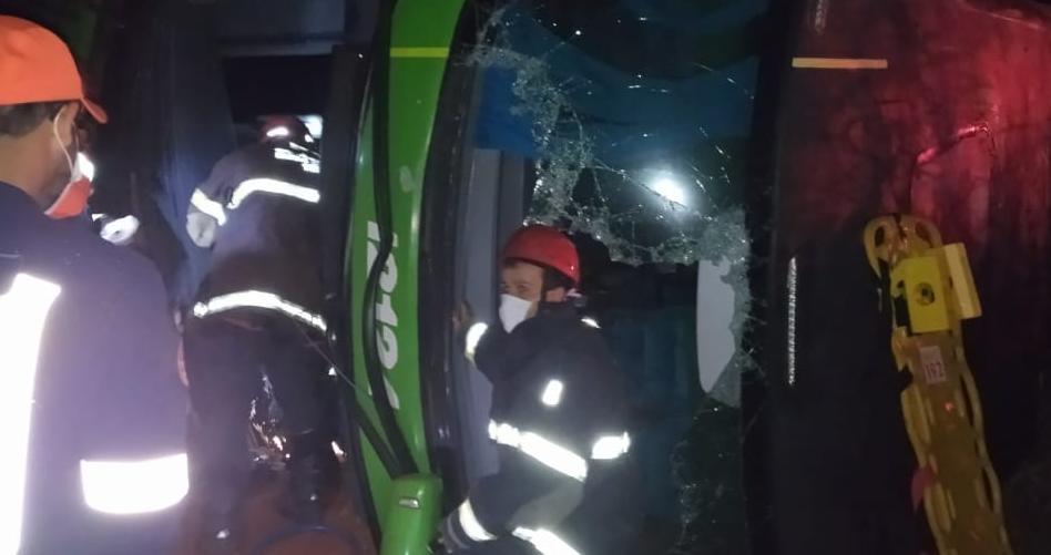Homem morre e outras 30 pessoas ficam feridas em acidente entre ônibus e carro na MG-344, em Cássia - Foto: Divulgação