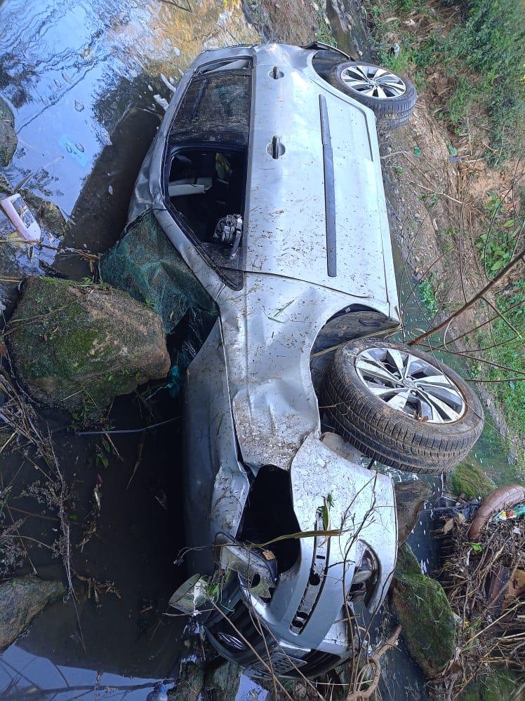 Quatro pessoas ficam feridas após carro cai no Ribeirão Arrudas em BH - Foto: Redes Sociais/Reprodução