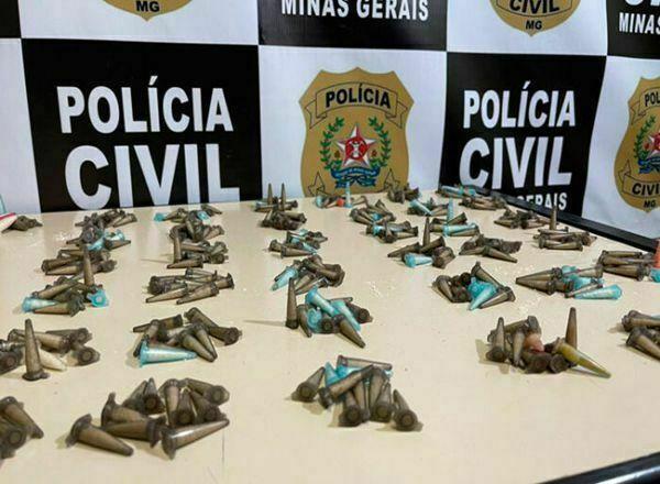 Polícia prende suspeito por tráfico e apreende mais de 350 pinos de cocaína em Juiz de Fora - Foto: Divulgação/PCMG