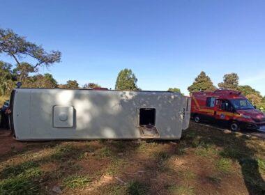 Acidente entre micro-ônibus e carreta deixa pelo menos 16 vítimas na BR 135, em Montes Claros - Foto: Corpo de Bombeiros/Divulgação