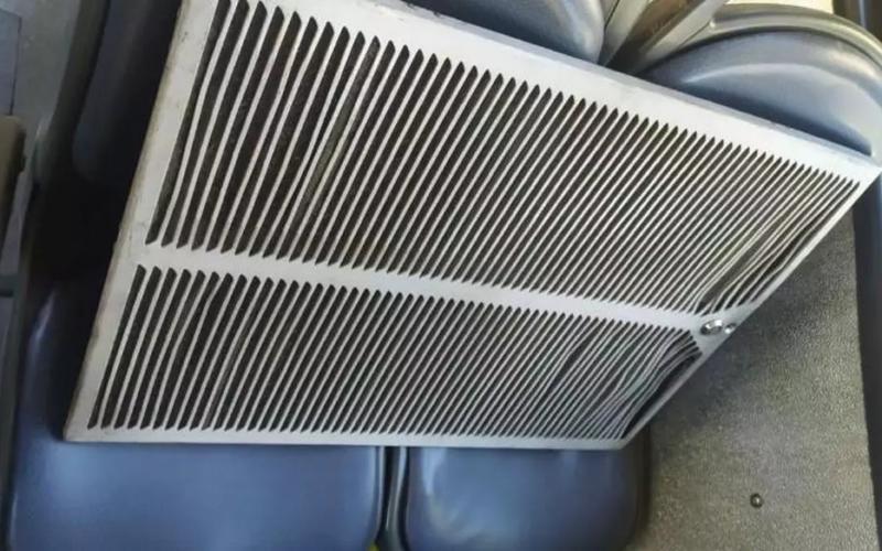 Passageira fica ferida após tampa do ar-condicionado de Move se solta no Santa Efigênia, em BH - Foto: Reprodução/Redes Sociais