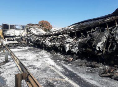 Acidente entre carretas, caminhão e carro deixa um morto na BR-153, em Prata - Foto: Divulgação/Corpo de Bombeiros