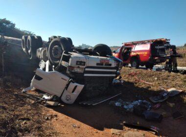 Homem morre e filho fica ferido em acidente com carreta na BR-265, em São João del Rei - Foto: Divulgação/Corpo de Bombeiros