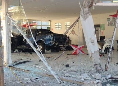 Motorista com sinais de embriaguez perde controle e invade concessionária em Alfenas - Foto: Divulgação/Corpo de Bombeiros