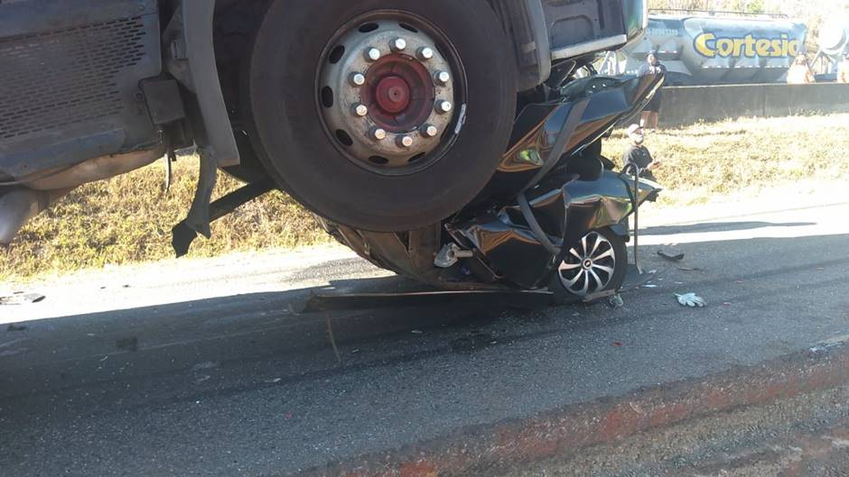Carro fica prensado após engavetamento com carretas na rodovia Fernão Dias, em São Sebastião da Bela Vista - Foto: Reprodução/Redes Sociais