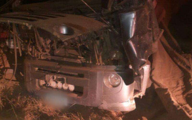 Motorista fica ferido após caminhão capotar e cair em ribanceira na BR-135, em Curvelo - Foto: Polícia Militar Rodoviária/Divulgação