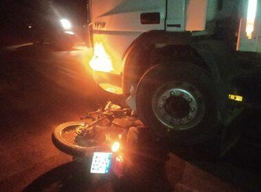 Idoso morre após acidente entre moto e caminhão na BR-474, em Aimorés - Foto: Reprodução/Redes Sociais
