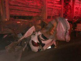 Cinco pessoas morrem em batida entre dois carros e uma carreta na MG-307, em Grão Mogol - Foto: Corpo de Bombeiros/Divulgação