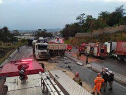 Três pessoas ficam feridas em acidente com caminhões no Anel Rodoviário de BH - Foto: Divulgação/Corpo de Bombeiros