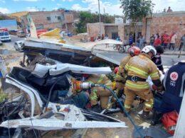 Caminhão atinge poste e três pessoas ficam feridas no bairro Tupi, em BH - Foto: Divulgação/Corpo de Bombeiros