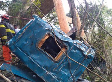 Imagens: acidente deixa três mortos após caminhão cai de viaduto na BR-381, em João Monlevade - Foto: Divulgação/Corpo de Bombeiros
