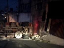 Duas pessoas ficam feridas após caminhão carregado com brita tomba, atinge muro em Santa Luzia - Foto: Divulgação/Corpo de Bombeiros