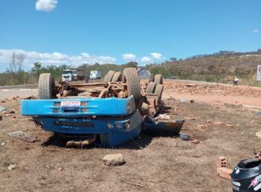 Três pessoas morrem após caminhão capotar na BR-135, em Montes Claros - Foto: Divulgação/Corpo de Bombeiros
