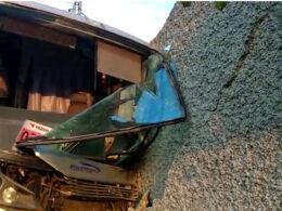 Ônibus atinge muro e invade casa em Pedro Leopoldo - Foto: Divulgação/Corpo de Bombeiros