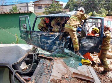 Três pessoas ficam feridas após caminhão e invadir casa em Ribeirão das Neves - Foto: Divulgação/Corpo de Bombeiros