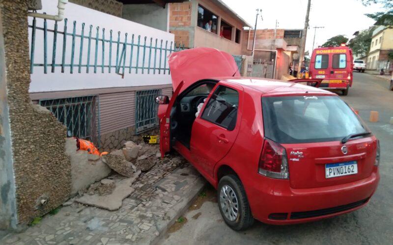 Duas mulher fica ferida após carro bater em muro em Conselheiro Lafaiete - Foto: Divulgação/Corpo de Bombeiros