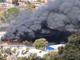 Incêndio de grandes proporções atinge garagem de ônibus de turismo na Região Norte de BH - Foto: Reprodução