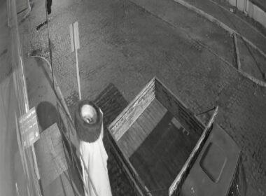 'Ladrão fantasma' com pneu furtado em Pedra Azul - Foto: Câmeras de segurança/Reprodução